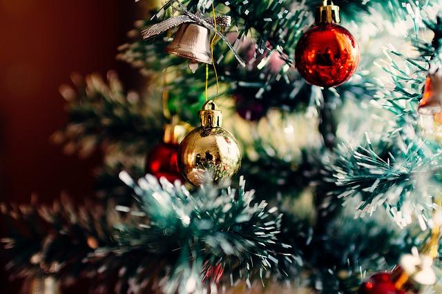 vánoční stromek a ozdoby