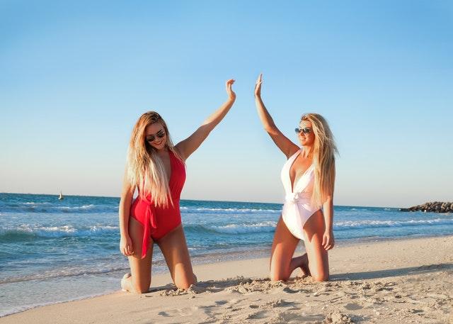 ženy na pláži, moře, plavky