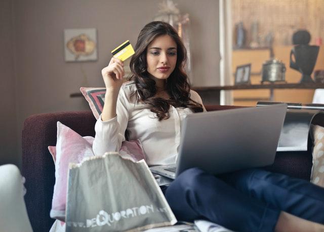 žena s počítačem, nákup, platební karta