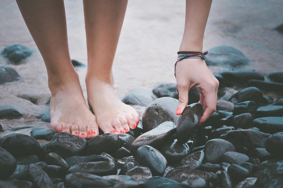 krásné nohy na kamenech